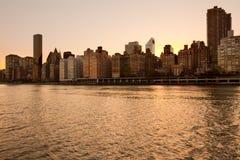 Горизонт центра города Манхаттана на заходе солнца в Нью-Йорке стоковое изображение