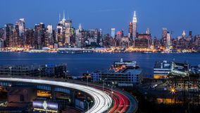 Горизонт центра города Нью-Йорка на сумраке Стоковое фото RF