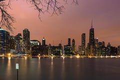 Горизонт Чикаго в вечере во время захода солнца стоковое изображение rf