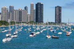 Горизонт Чикаго с яхтами Стоковая Фотография