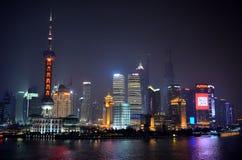 Горизонт Шанхая, Китая на ноче от бунда Стоковые Изображения RF