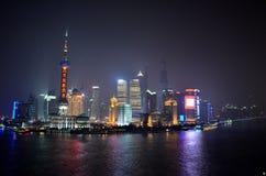 Горизонт Шанхая, Китая на ноче от бунда Стоковая Фотография
