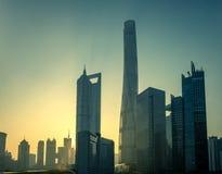 Горизонт Шанхая на восходе солнца на туманном утре стоковые фотографии rf