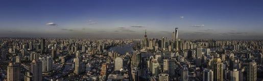 Горизонт Шанхая перед центром Шанхая Стоковое Фото