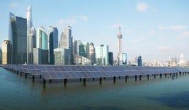 Горизонт Шанхая с электрической станцией солнечной энергии стоковые изображения rf