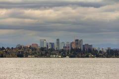 Горизонт Bellevue вдоль Lake Washington США стоковая фотография rf