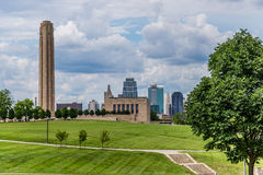 Горизонт Kansas City & мемориал свободы Стоковые Изображения RF