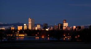 Горизонт nighttime Денвера Колорадо Стоковое фото RF