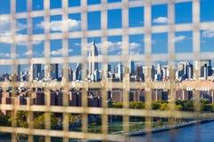 Горизонт NYC городской увиденный через загородку Стоковое Изображение RF
