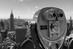Горизонт NYC Манхаттана через бинокли стоковое фото