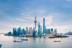 горизонт shanghai сумрака стоковые изображения rf