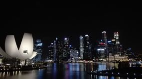горизонт singapore ночи города стоковое изображение rf