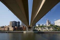 Горизонт St Paul от под моста свободы улицы Wabasha, St Paul, Минесоты Стоковое фото RF