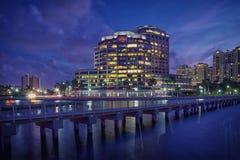 Горизонт West Palm Beach на ноче стоковое изображение rf