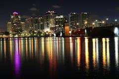 Горизонт West Palm Beach на ноче стоковая фотография