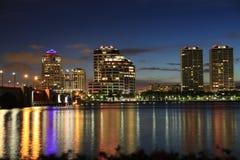Горизонт West Palm Beach на ноче стоковое фото rf