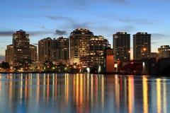Горизонт West Palm Beach на ноче стоковые фотографии rf