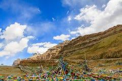 Гористая местность с голубым небом Стоковые Изображения