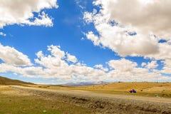 Гористая местность с голубым небом Стоковое фото RF