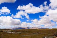 Гористая местность с голубым небом Стоковые Изображения RF