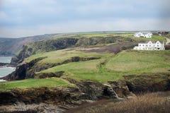 Гористый взгляд гаван Исаак, Англии с растительностью и океаном стоковые изображения