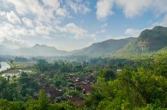 Гористый дневной свет ландшафта на сельской местности Городок под зеленой долиной Стоковое Изображение