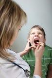 горло диагноза детей Стоковая Фотография RF
