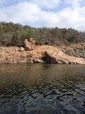 Горная порода на озере чернил стоковая фотография rf