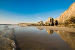 Горная порода на пляже Perranporth, Корнуолле, Великобритании стоковое фото
