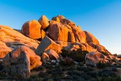 Горная порода огромных валунов песчаника накаляя в золотом свете захода солнца стоковое фото rf