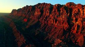 Горная порода в покрашенной долине пустыни на заходе солнца акции видеоматериалы