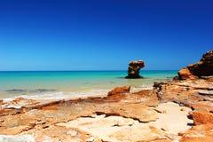Горная порода, Индийский океан, около Broome, Австралия Стоковые Изображения RF