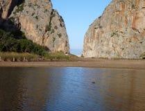 Горная порода отразила в воде в каньоне Sa Calobra Стоковое Изображение RF
