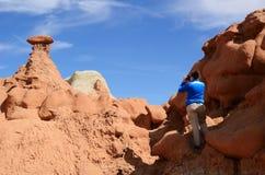 Горная порода песчаника стрельбы фотографа (Hoodoo) в долине гоблина Стоковое Фото