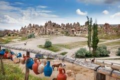 Горная порода с пещерами в Cappadocia стоковые фото