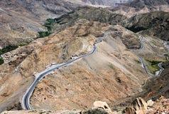 Горная цепь атласа и дорога стоковое изображение