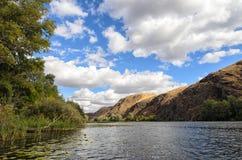 Горная цепь берега реки близрасположенная Стоковые Изображения