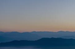 Горная цепь в утре перед восходом солнца Стоковые Фото