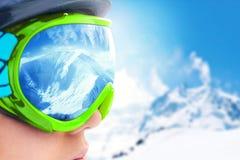 Горная цепь отраженная в лыжной маске поле глубины отмелое Лыжная маска Стоковая Фотография RF