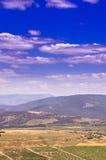 Горная цепь с снег-белыми облаками на голубом небе Стоковое Изображение RF