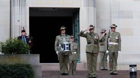 Горнист на австралийском военном мемориале видеоматериал