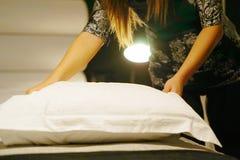 Горничная делая кровать тонизировать стоковая фотография