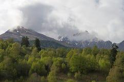 2 горного пика в облаках. Стоковые Фото