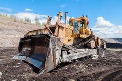 Горное оборудование или минируя машинное оборудование, бульдозер от открытого карьера или шахта открыт-бросания как продукция угл Стоковая Фотография