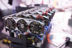 Горное оборудование Cryptocurrency - серии карточек gpu на mainboard стоковые изображения rf