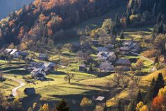 Горное село в Альпах, дома на холмах в традиционном хлеве Стоковые Изображения