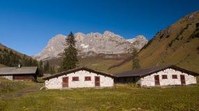 Горное село с высокими стенами утеса на заднем плане стоковая фотография rf
