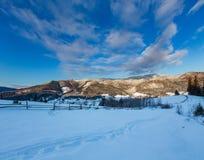 Горное село Zelene зимы сумрака утра восхода солнца прикарпатское в черном Cheremosh River Valley между горной вершиной  стоковое изображение rf