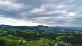 Горное село под облачным небом акции видеоматериалы