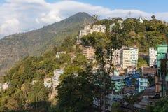 Горное село с зданиями на шаге горы в зиму на Gangtok Сикким, Индия Стоковое Фото